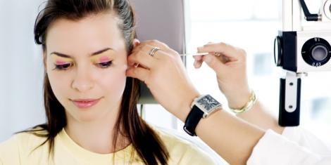 Eine Frau wird im Ohr untersucht