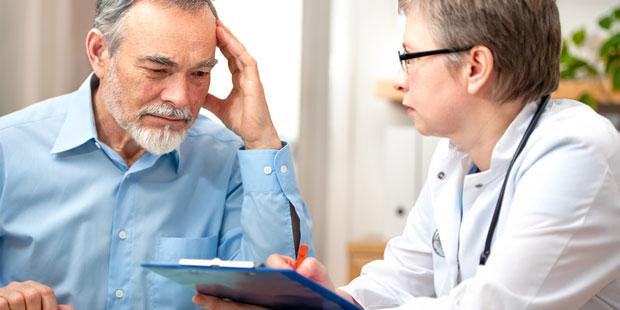 Demenzkranker Mann beim Arzt