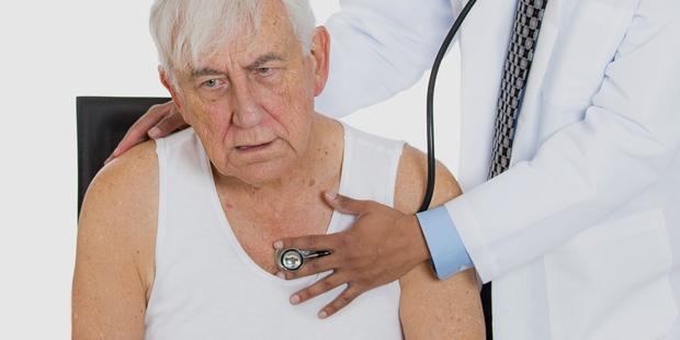 Ein älterer Herr wird vom Arzt abgehört