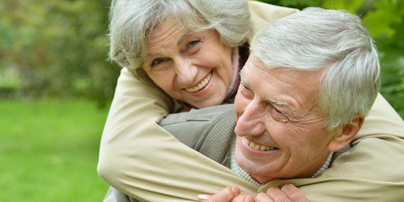 Senioren Paar aktiv in der Natur