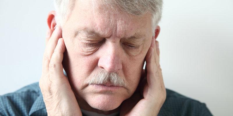 Alter Mann leidet unter starkem Tinnitus