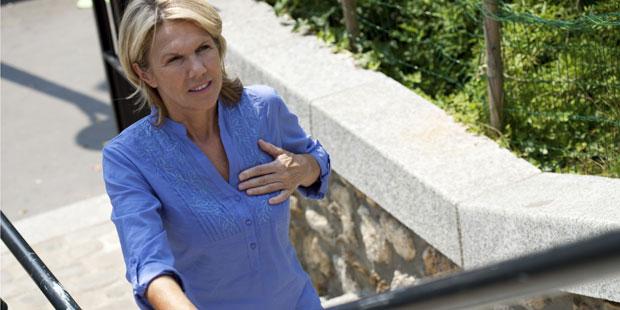 Frau mit Altersherz steigt Treppe