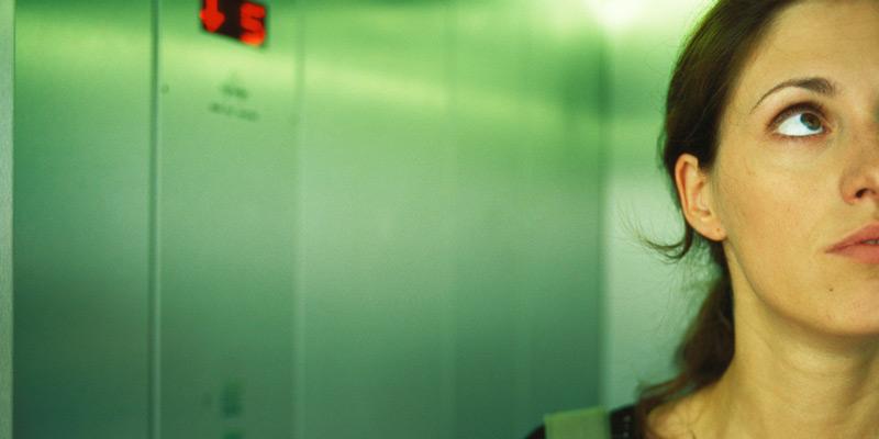 Frau mit Angst im Fahrstuhl