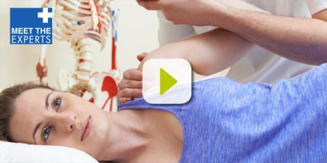 Frau mit Schulterschmerzen wird behandelt