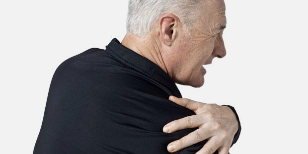Mann mit ausgekugelter Schulter