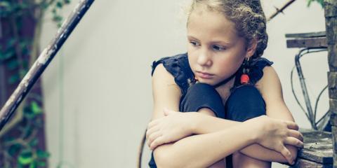 Mädchen sitzt alleine