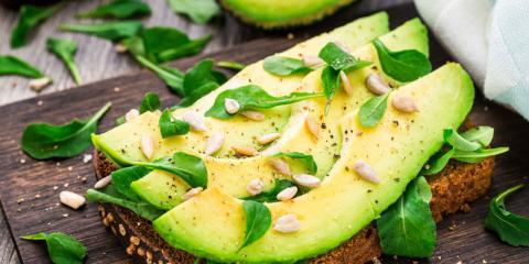 Eine Scheibe Brot mit Avocado belegt