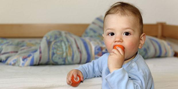 Kind nimmt gefährliche Kleinteile in den Mund