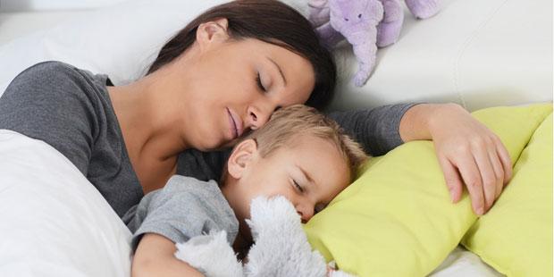 Kuscheln mit Mami lindert Bauchkrämpfe der Kleinen