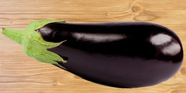 Bei einem Penisbruch nimmt der Penis durch Blutergüsse und Schwellungen die Form und Farbe einer Aubergine an