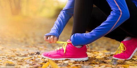 Frau bindet sich die Schuhe zu