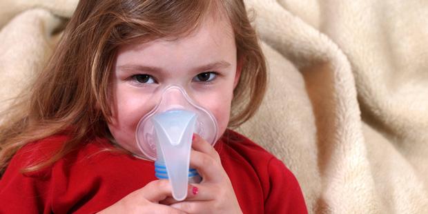 Inhalieren hilft Kindern beim Befeuchten der Schleimhäute