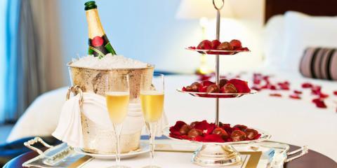 Champagner und Pralinen im Honeymoon-Hotelzimmer