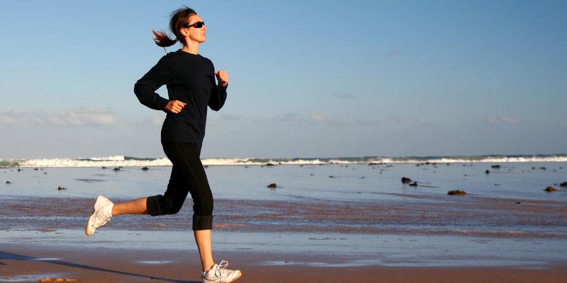 Frau joggt am Strand