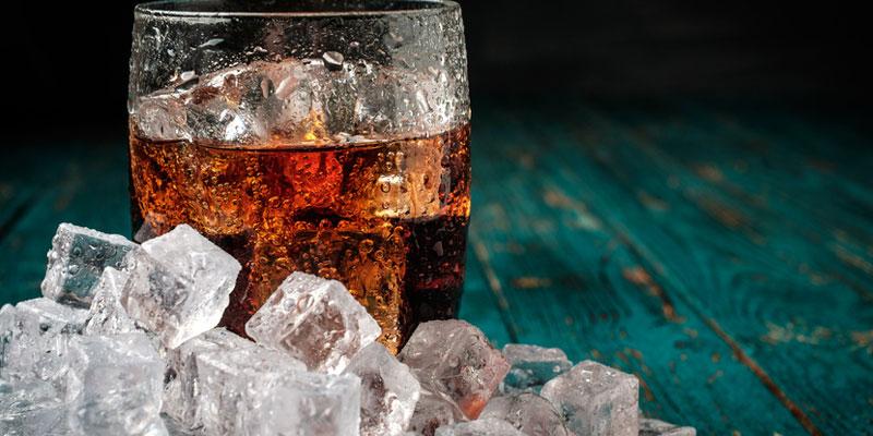 Cola mit Eiswürfeln
