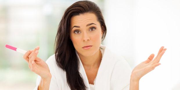 Frau mit Endometriose und negativem Schwangerschaftstest