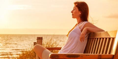 Frau genießt Sonnenuntergang