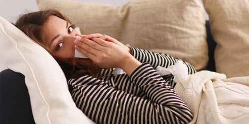 Frau erkältet auf Sofa Umckaloabo Shoplinks