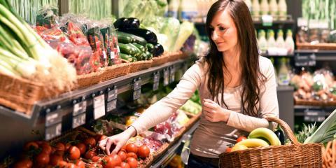 Eine Frau kauft in der Gemüseabteilung ein