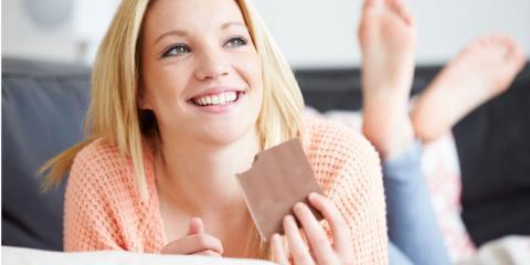 Eine Frau isst Schokolade