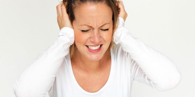 Frau leidet unter starkem Tinnitus