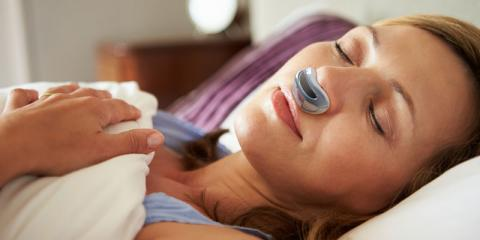 Eine Frau schläft mit einem Airing in der Nase