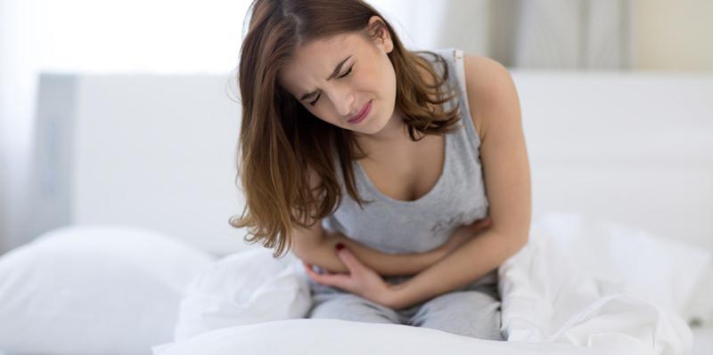 Frau mit starken Menstruationsbeschwerden