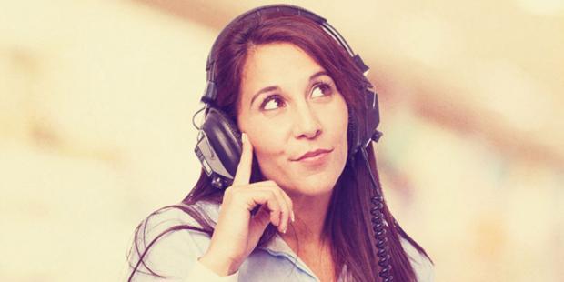 Frau hört Musik zur Tinnitus-Therapie