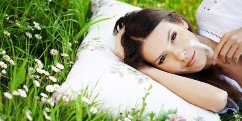 Frau liegt auf Blumenwiese