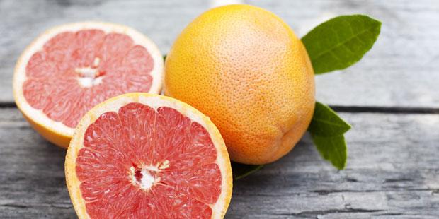 Drei Grapefruits auf einem Holztisch