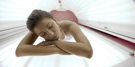 Frau auf Sonnenbank höheres Hautkrebs-Risiko
