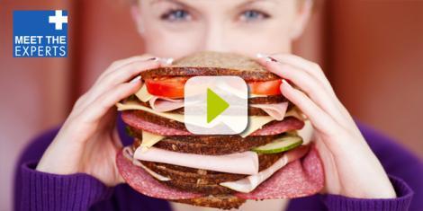 Eine Frau ist mit Heißhunger ein Brot