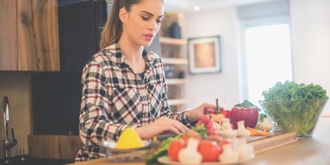 Frau beim Kochen mit Gemüse