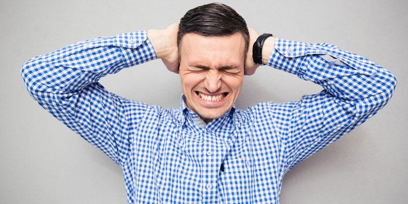 Junger Mann leidet unter sehr starkem Tinnitus