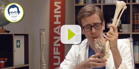 Dr. Johannes erklärt, warum es bei einer Verstauchung wichtig ist, zu kühlen