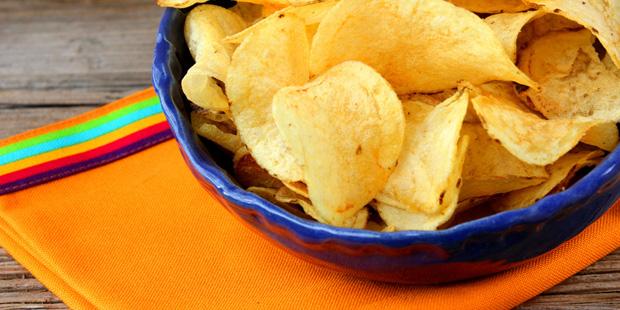 Eine Schüssel mit Kartoffelchips