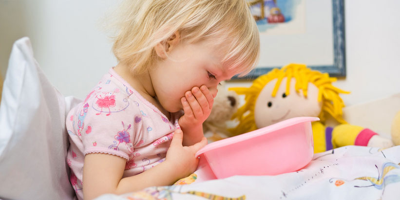 Kind mit Noroviren-Infektion erbricht sich