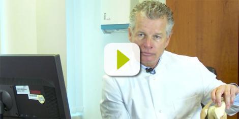 Professor Dr. Thorsten Gehrke klärt über künstliche Kniegelenke auf