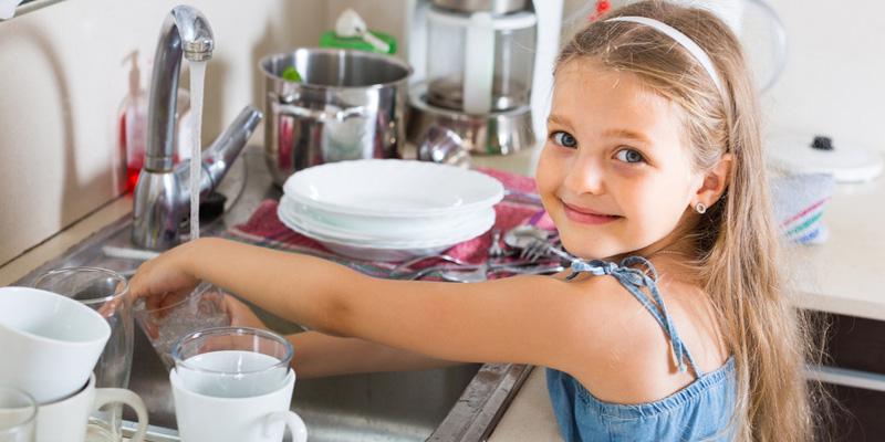 Mädchen wäscht Geschirr