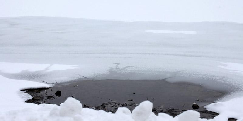 Ein Loch in einem zugefrorenen See