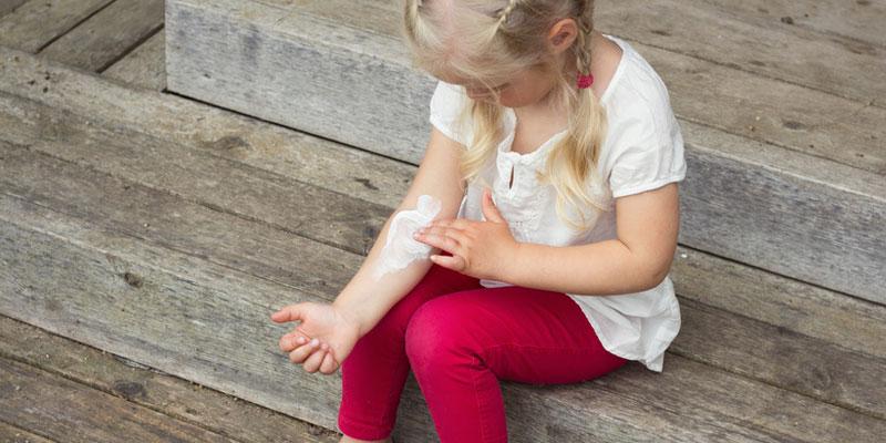 Mädchen mit Neurodermitis