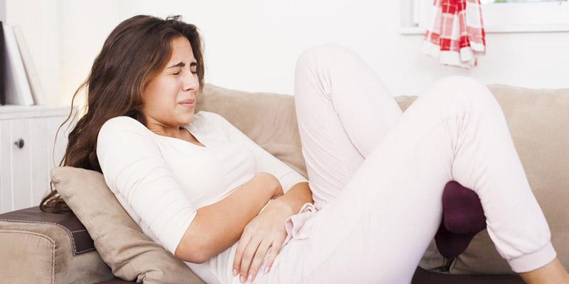 Frau mit Magen-Darm-Grippe