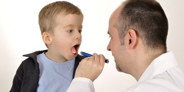 mandelentzündung wird untersucht