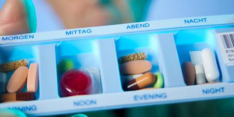 Tablettenschachtel mit verschiedenen Medikamenten