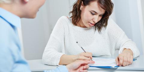 Eine Patientin füllt einen Fragebogen aus