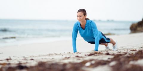 Frau macht Liegestützen am Strand