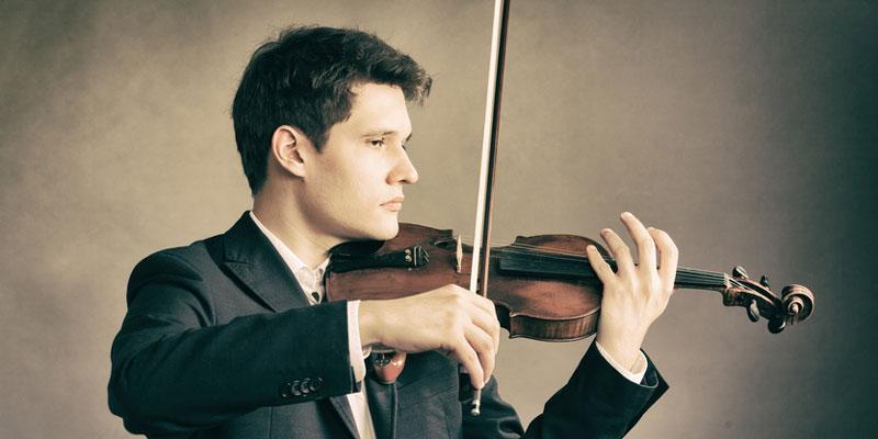 Ein Mann spielt Geige
