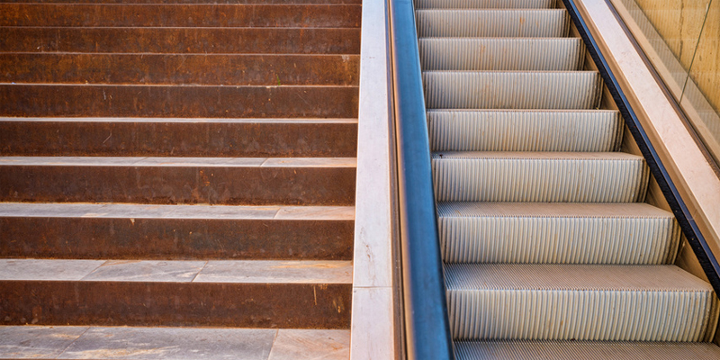 Treppe und Rolltreppe