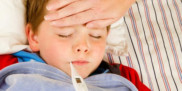 Kind mit RSV-Infektion und Fieber