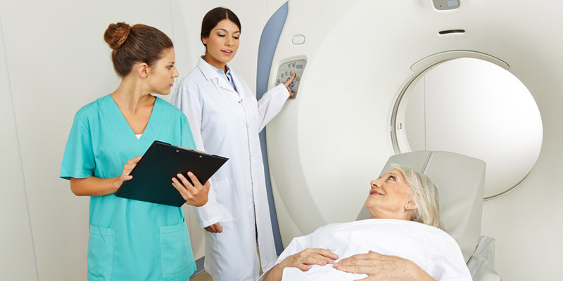 Frau macht MRT-Untersuchung